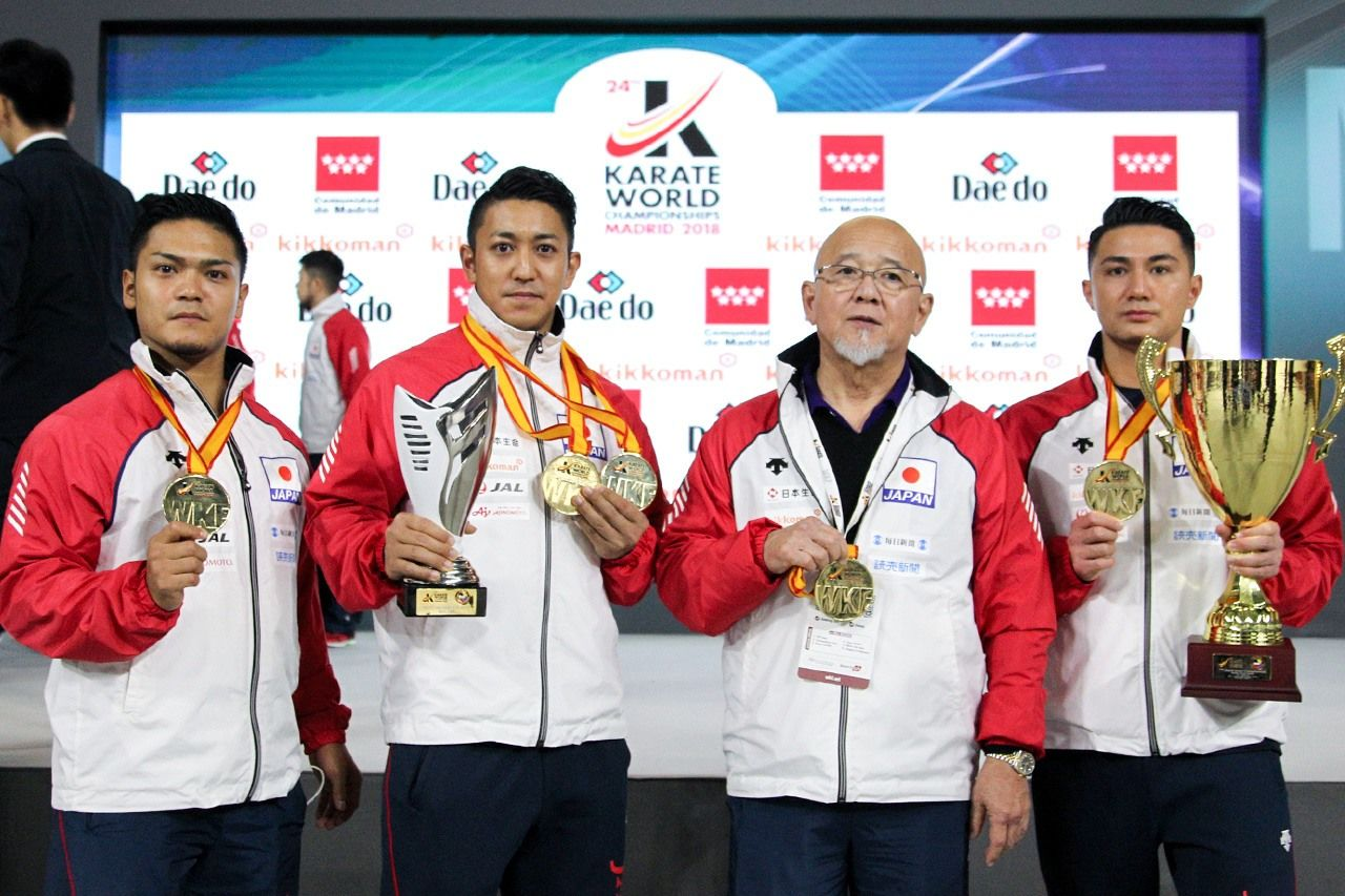 While securing his own successive wins of 2014, 2016, and 2018, Kiyuna also contributed to consecutive wins in team kata at the 2016 and 2018 World Championships. He is shown here with teammates Kinjō Arata (far right) and Uemura Takuya (far left). His teammates and coach Sakumoto, second from right, played a significant role in helping Kiyuna achieve his full potential.