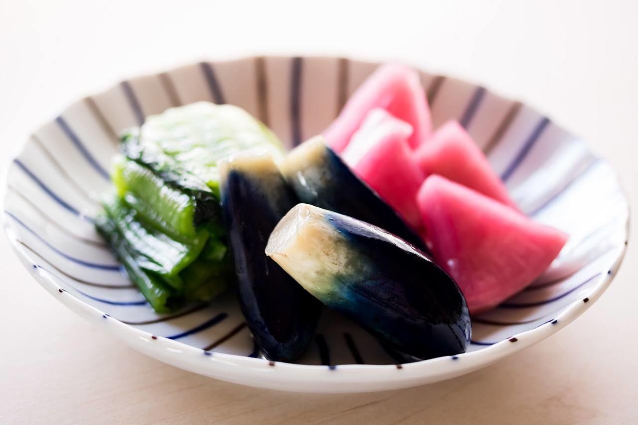 Un assortiment de cornichons Yamagata: De gauche, Yamagata seisai (feuilles de moutarde), aubergine et navet rouge. © Pixta