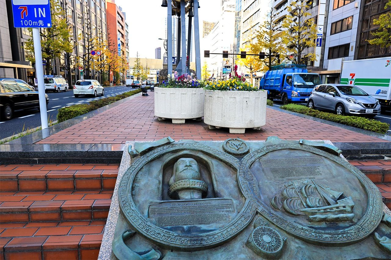 A relief of Jan Joosten van Lodensteijn near Tokyo Station. (© Photo Library)
