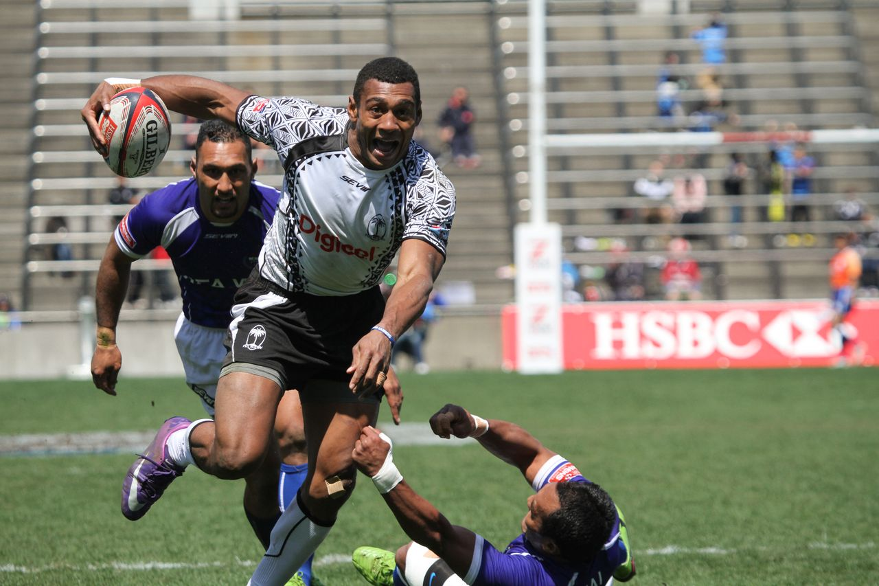 A Fijian player steps around opponents on the way to the try line during the 2015 Tokyo Sevens. (© Ōtomo Nobuhiko)