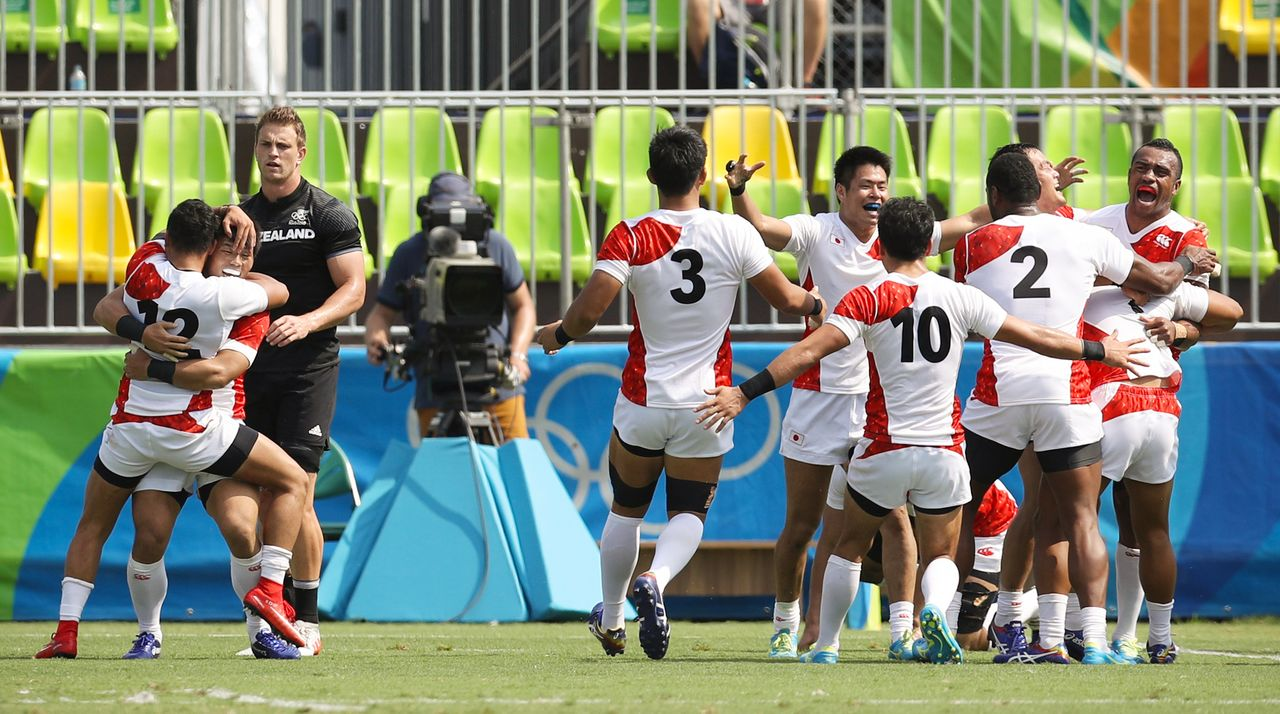 The Japan Sevens celebrate after snatching victory away from powerhouse New Zealand during group play at the 2016 Rio de Janeiro Olympics. (© Jiji)