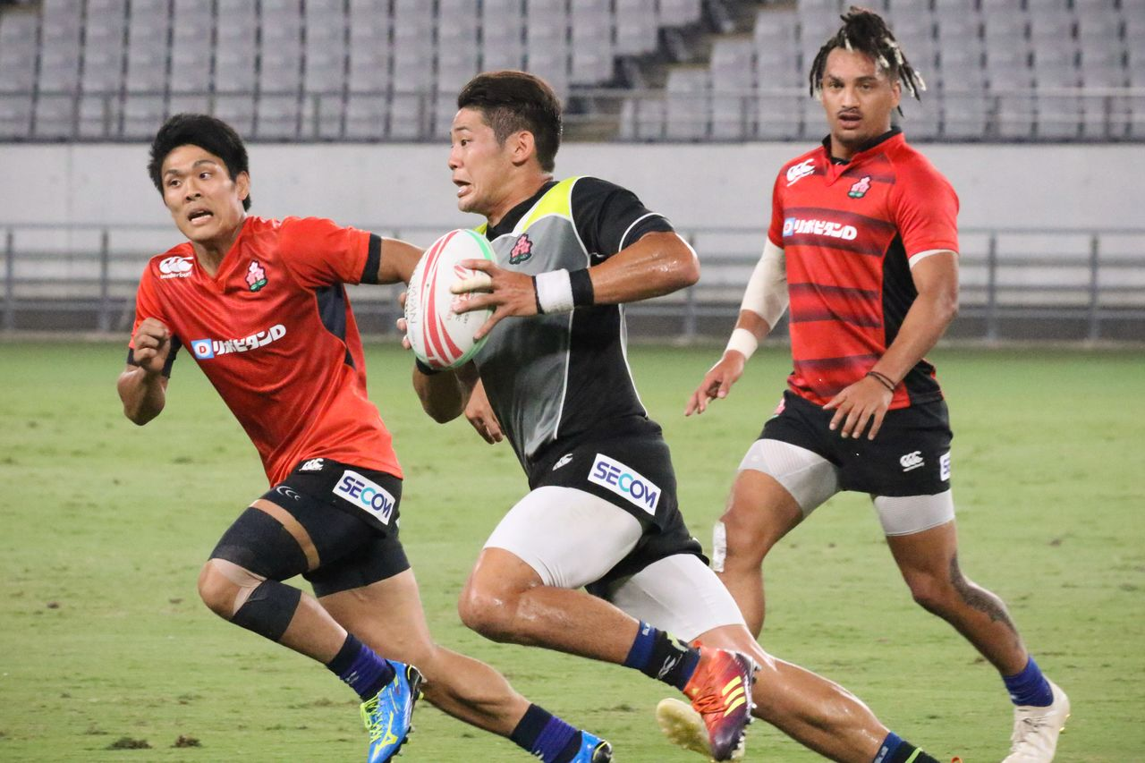 Fujita Yoshikazu (center) offers the Japan Sevens experience as well as attacking and defensive clout. (© Ōtomo Nobuhiko)