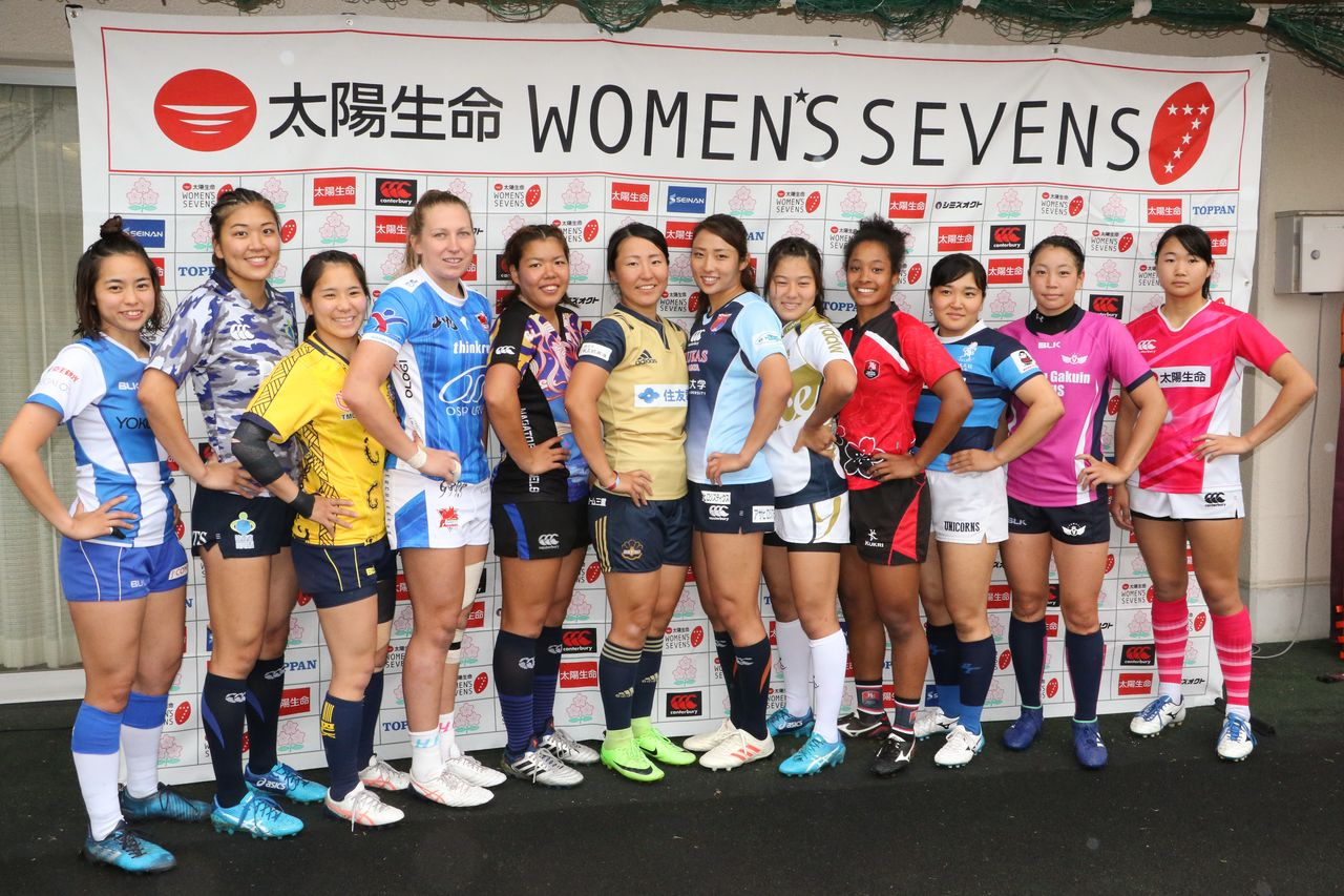Representatives from the 12 teams pose ahead of the start of the Taiyō Seimei Women's Sevens series. (© Ōtomo Nobuhiko)