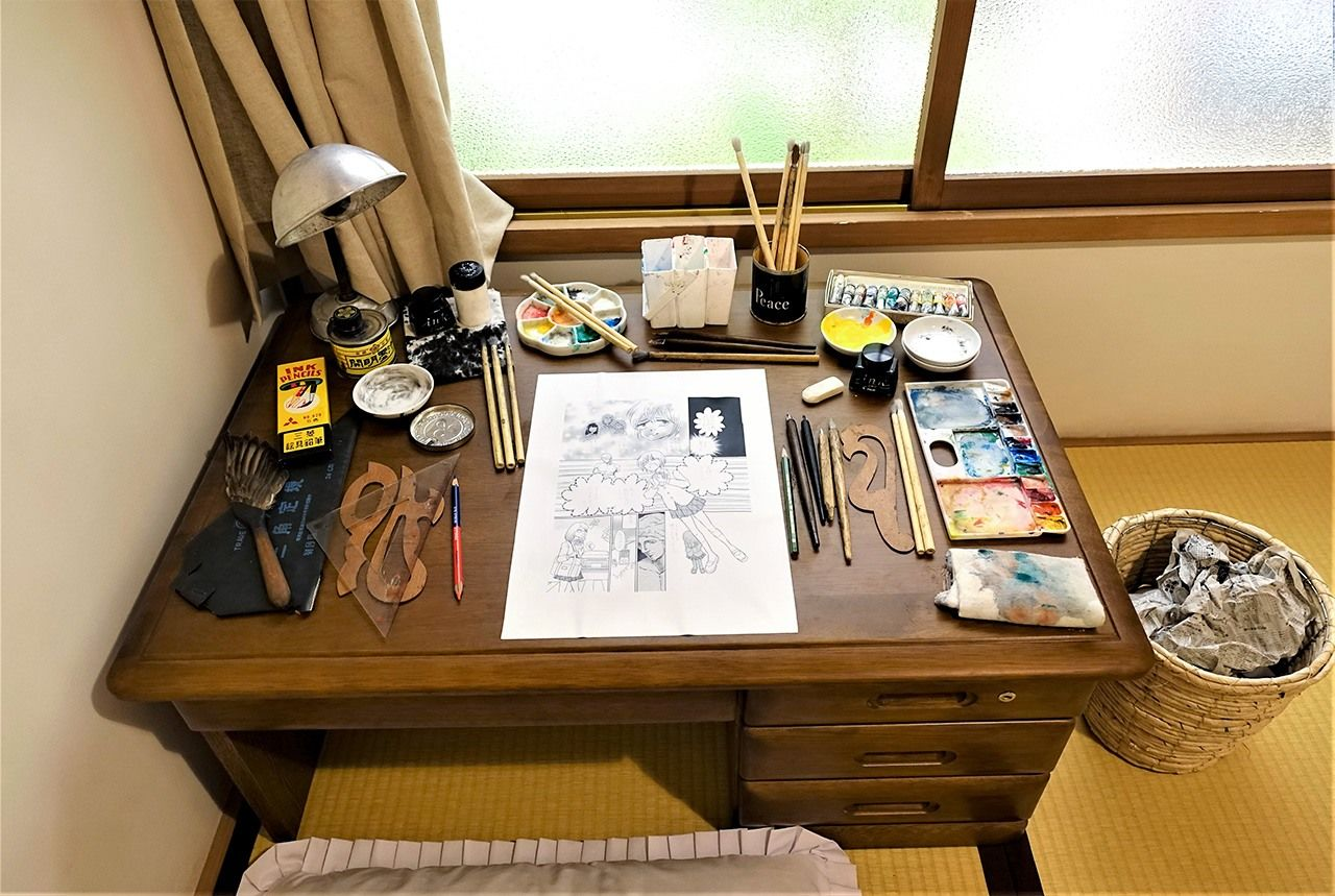 Akatsuka Fujio's room has a desk with a page in progress that can be photographed for a souvenir.