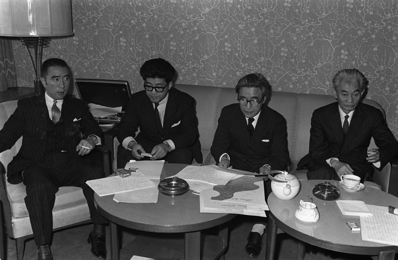 (From left to right) Authors Mishima Yukio, Abe Kōbō, Ishikawa Jun, and Kawabata Yasunari come together to read a joint statement in Tokyo on February 28, 1967, protesting against the Cultural Revolution in China. (© Jiji)