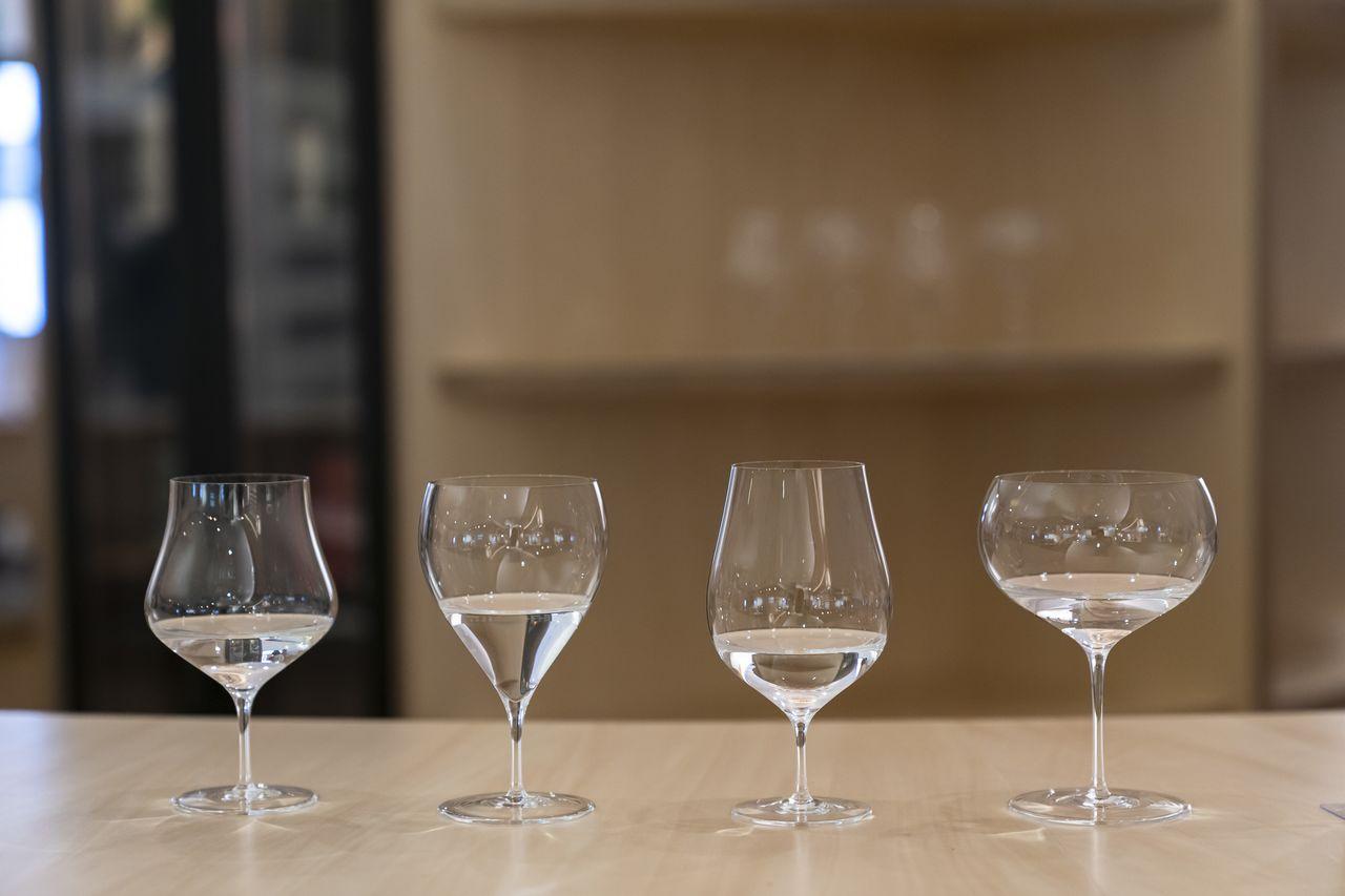 Kacamata sake sedang dipromosikan oleh Nakata Hidetoshi. (© Uwadaira Tsunebumi)