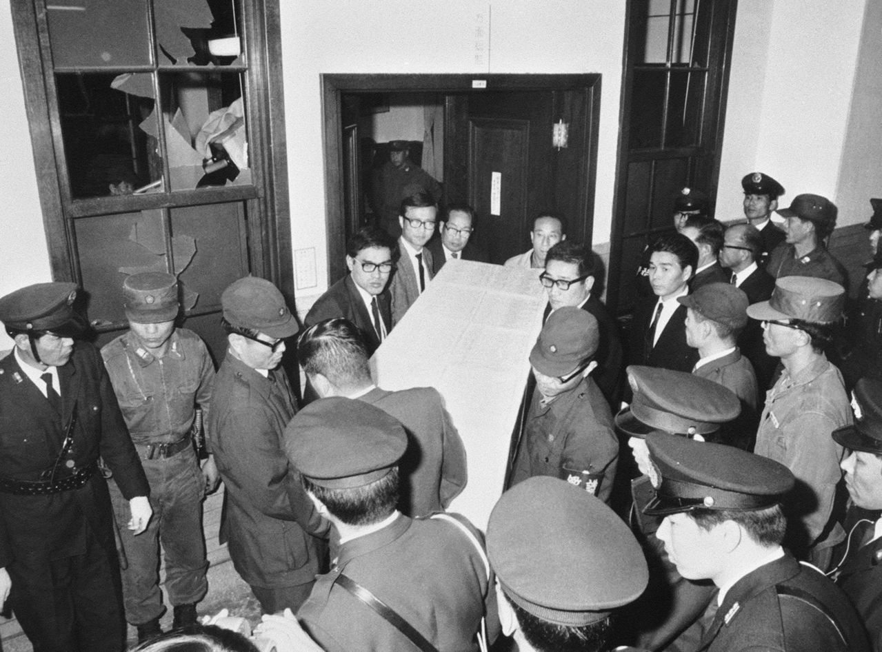 Mishima Yukio's body is transported out the commandant's office at the headquarters of the Ground SDF Eastern Command in Ichigaya, Tokyo. (© Jiji; pool photo)