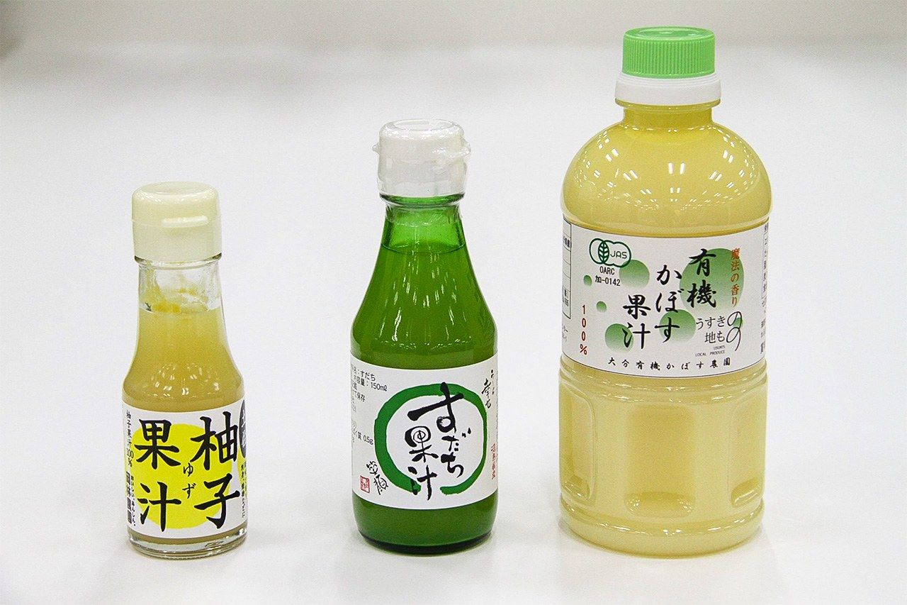 In Kōchi Prefecture, sushi is made with yuzu vinegar rather than the usual rice vinegar, while in Tokushima sudachi vinegar is the standard choice. From left: yuzu juice, sudachi juice, kabosu juice. (© Nippon.com)