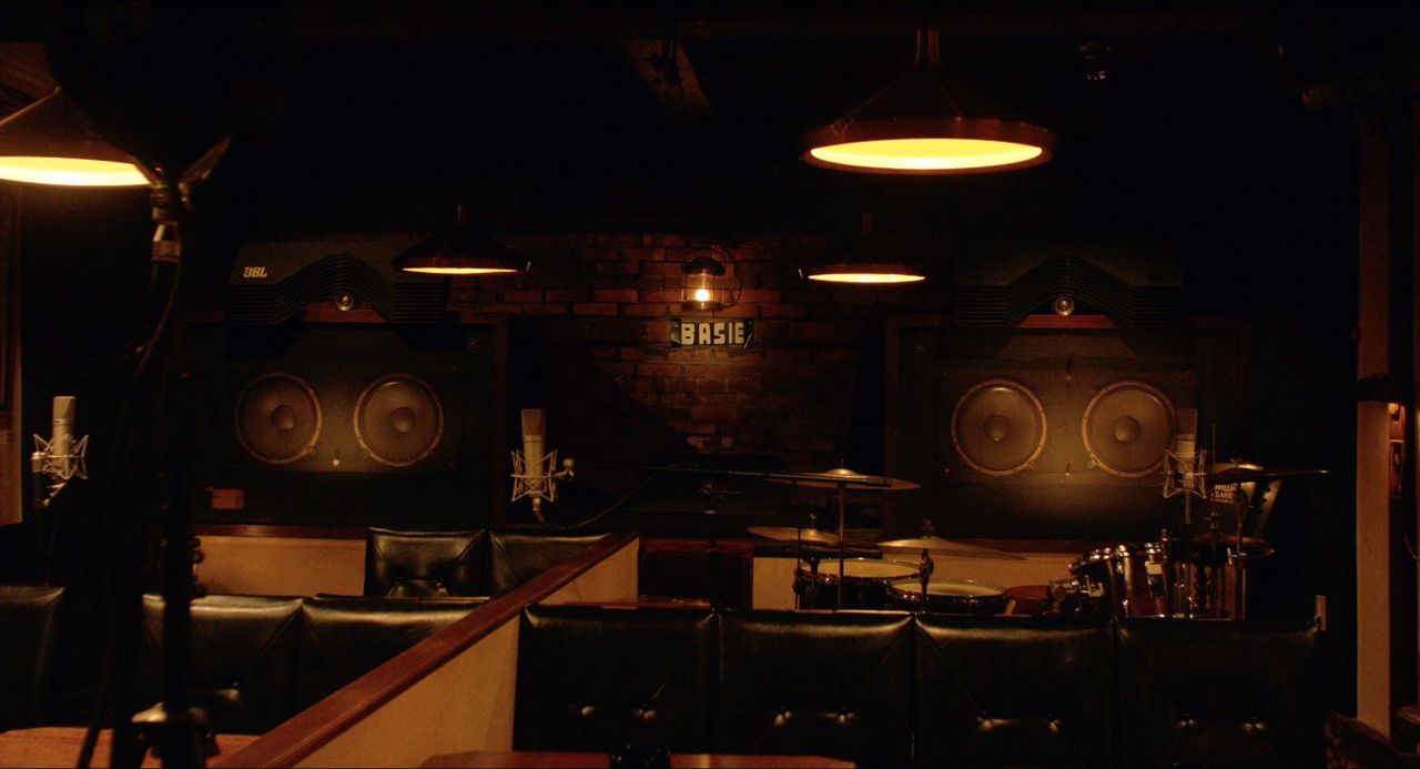 JBL speakers in custom cases dominate the background at Basie. (© Jazz Kissa Basie Film Partners)