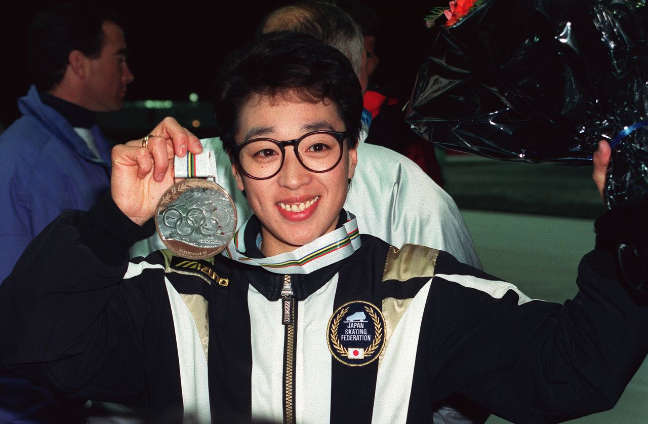 Hashimoto shows off her Olympic speed skating bronze medal in Albertville, France, in February 1992. (© Jiji)