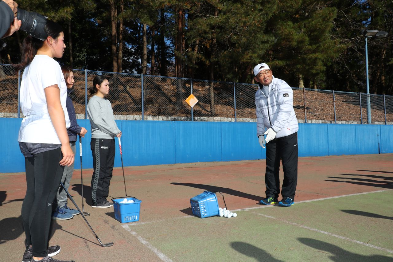 Nakajima instructs a group of students in 2018. At the far left is Yamaguchi Suzuka, who currently plays on the American tour. (© Global Golf Media Group)