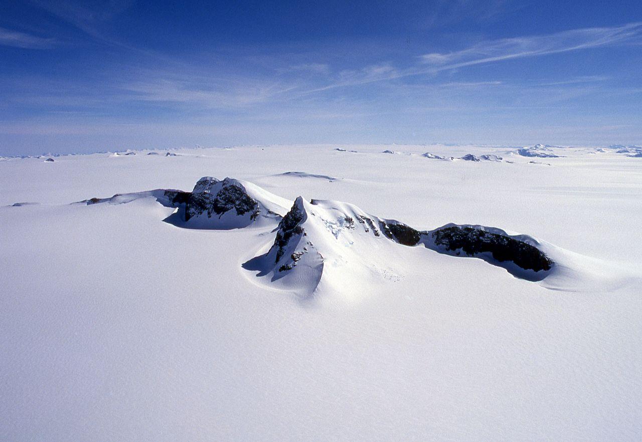 Puncak kembar Nunatak Uemura mencuat dari lapisan es Greenland. Gunung itu dinamai untuk menghormati petualang, yang memilih puncaknya sebagai tempat akhir penyeberangan pulau tahun 1978. (© Yanagi Akinobu)