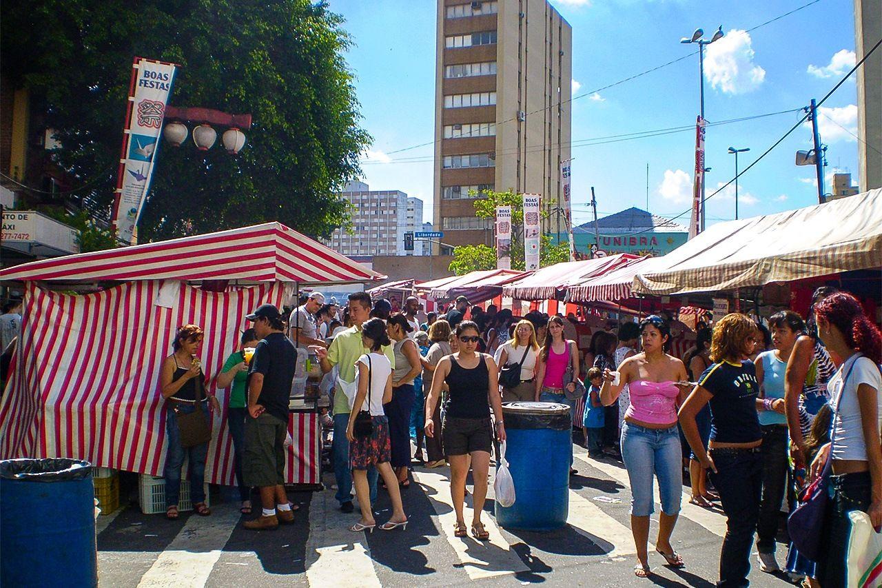 Liberdade Square menjadi hidup selama hari-hari pasar Tōyōichi akhir pekan.