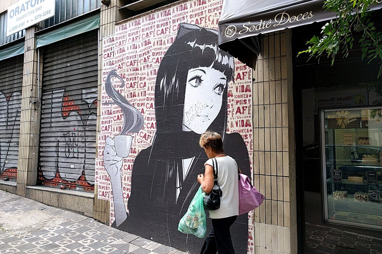 Seni jalanan yang dipengaruhi anime di sepanjang Jalan Galvão Bueno.