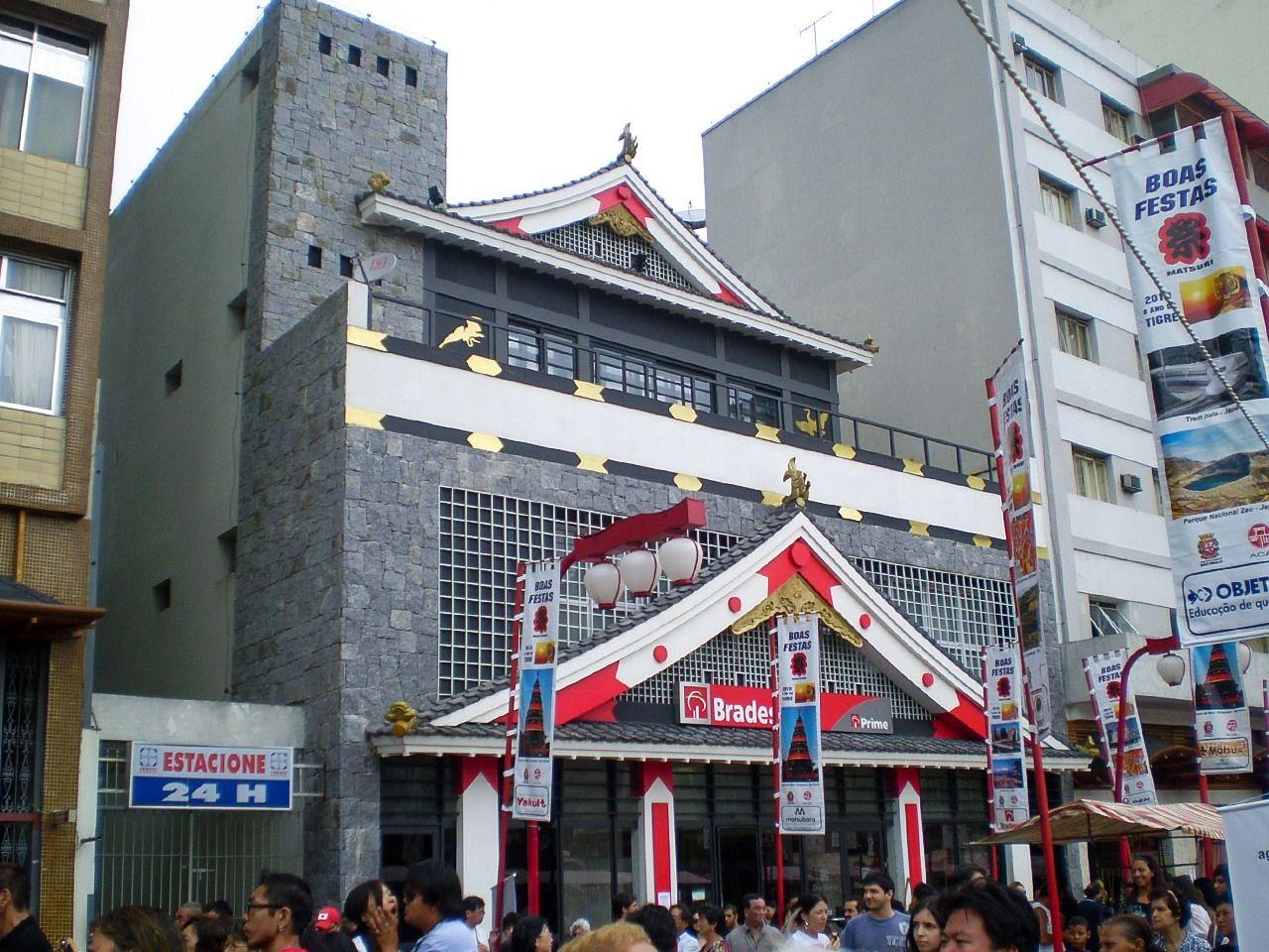 Fasad Bradesco Bank Liberdade menyerupai kastil Jepang.