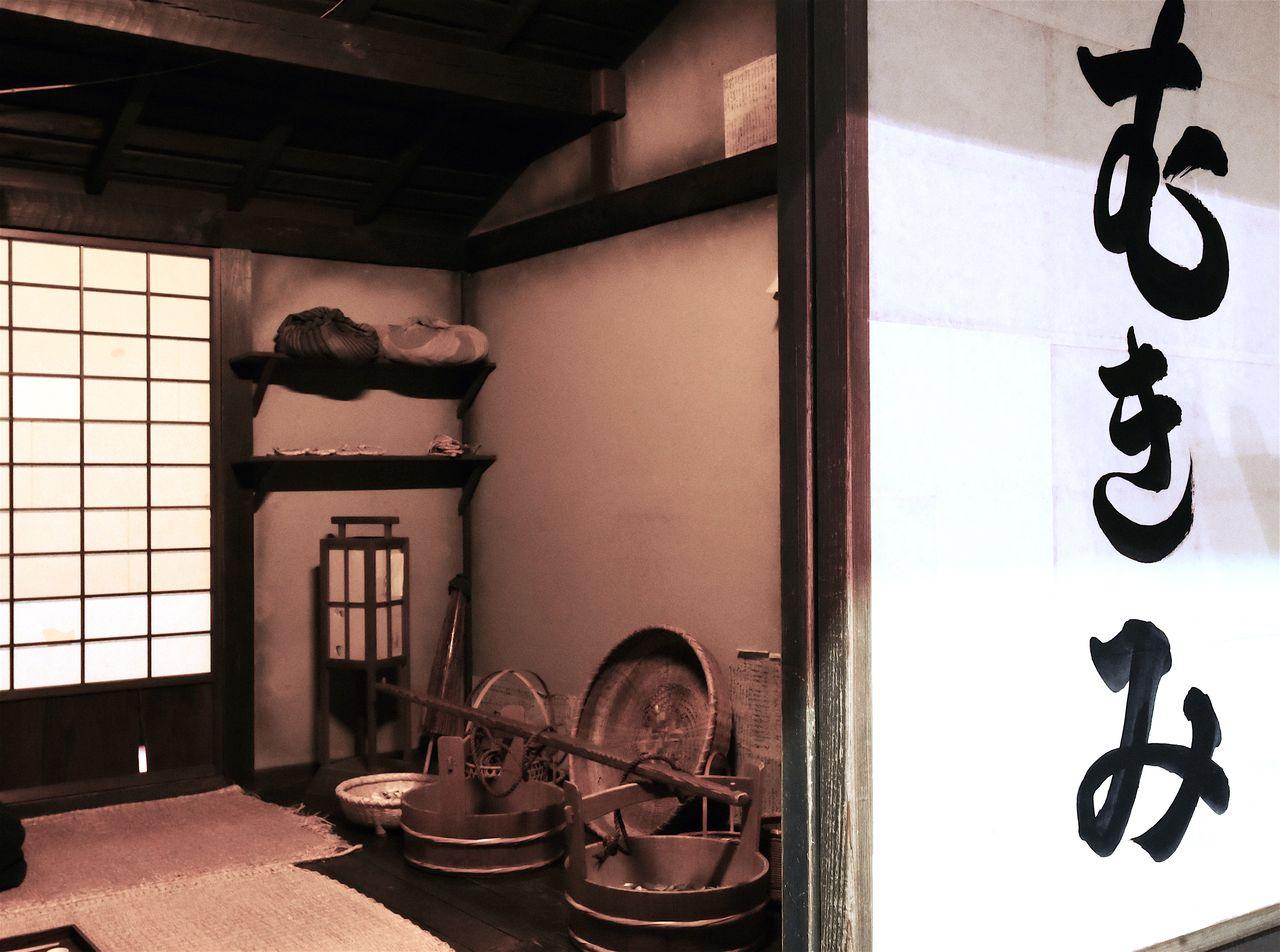 Kuk dan keranjang penjual kerang dipajang di ruang rekonstruksi di Museum Edo Fukagawa.