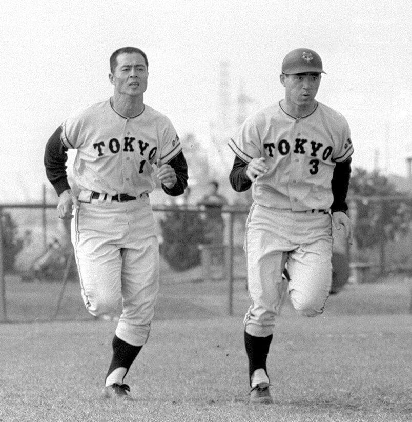 Whiting mengikuti secara dekat eksploitasi superstar bisbol seperti Oh Sadaharu, kiri, dan Nagashima Shigeo dari Tokyo Giants, terlihat di sini berlatih pada tahun 1967. (© Sankei Shimbun)