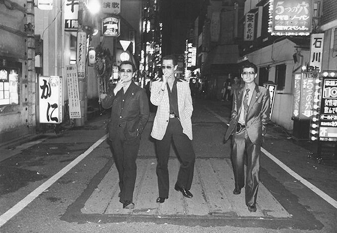 Yakuza berjalan-jalan di jalanan Kabukichō Shinjuku pada tahun 1971. Whiting telah mempelajari dengan cermat para gangster yang menguasai dunia bawah Tokyo. (© Katsumi Watanabe / Andrew Roth Gallery)