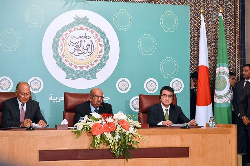 Foreign Minister Kōno Tarō (right) participates in a press conference after political discussions with members of the Arab League, which consists of 22 Arab world countries and organizations. Photo taken at the Arab League headquarters in Cairo, Egypt, on September 11, 2017. (© Jiji)