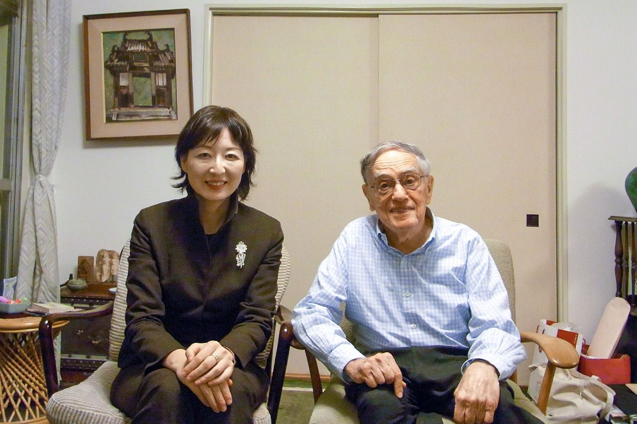 Donald Keene with the author Kawaji Yuka in his Tokyo home on November 18, 2013. (Courtesy Kawaji Yuka)