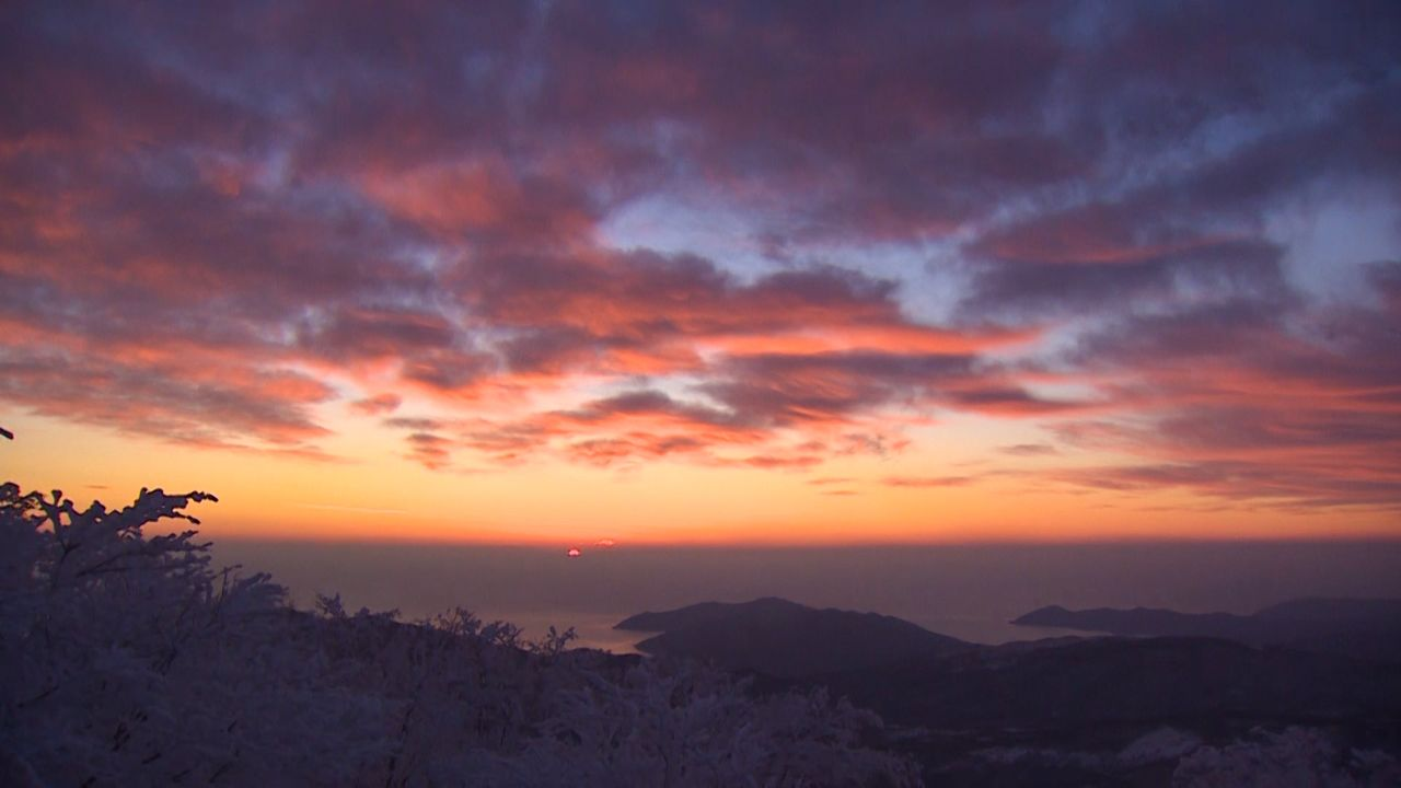 Dawn over the Pacific as seen from Mount Goyō.