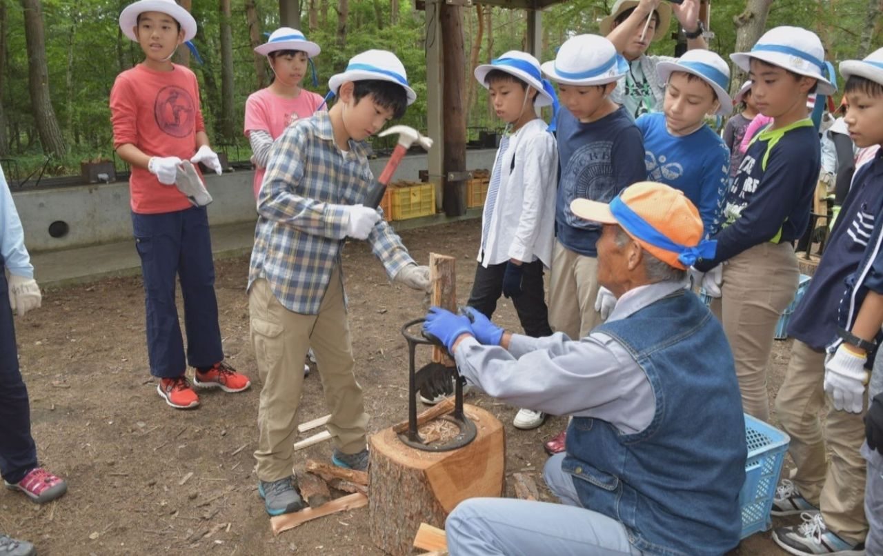 The prince attended the school's Outdoor Education camp, near Lake Shirakaba, Nagano Prefecture, enjoying orienteering, campfire cooking, and other activities with his friends. They also tried wood-chopping.