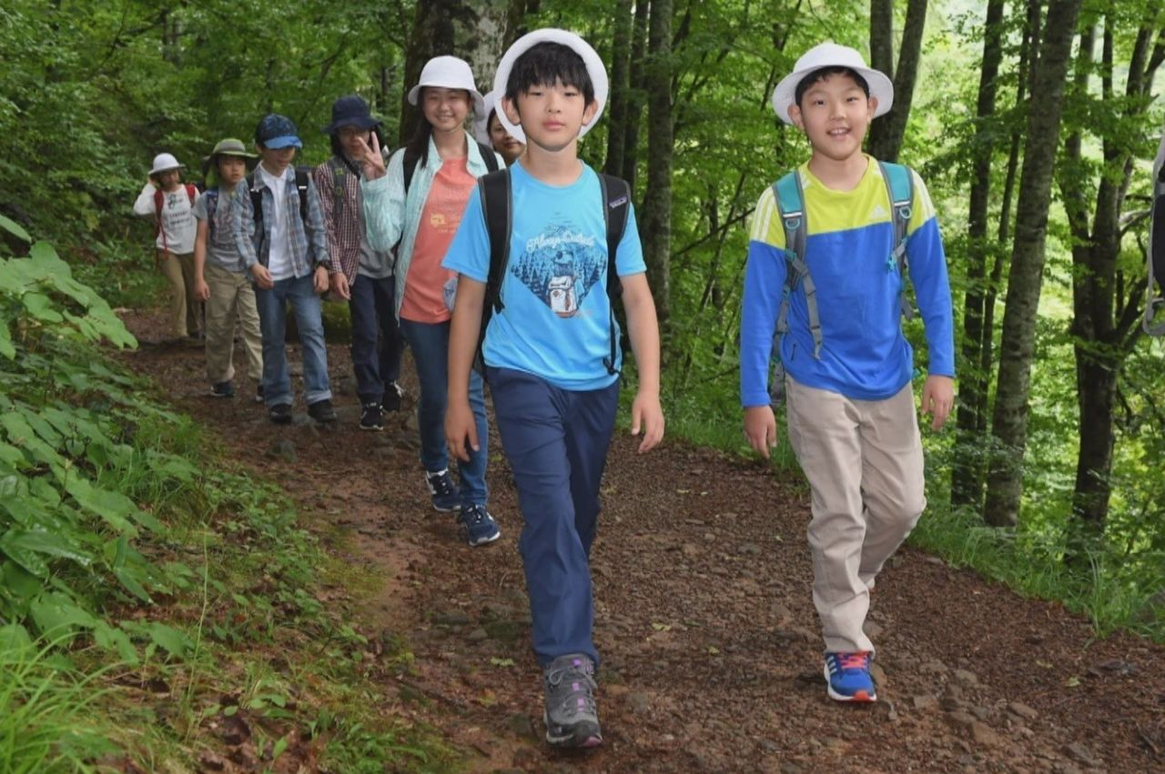 The school's Outdoor Education was held in Urabandai Highlands, Fukushima Prefecture. The prince and his friends went trekking near Oguni Pond, where they learned about wetlands.