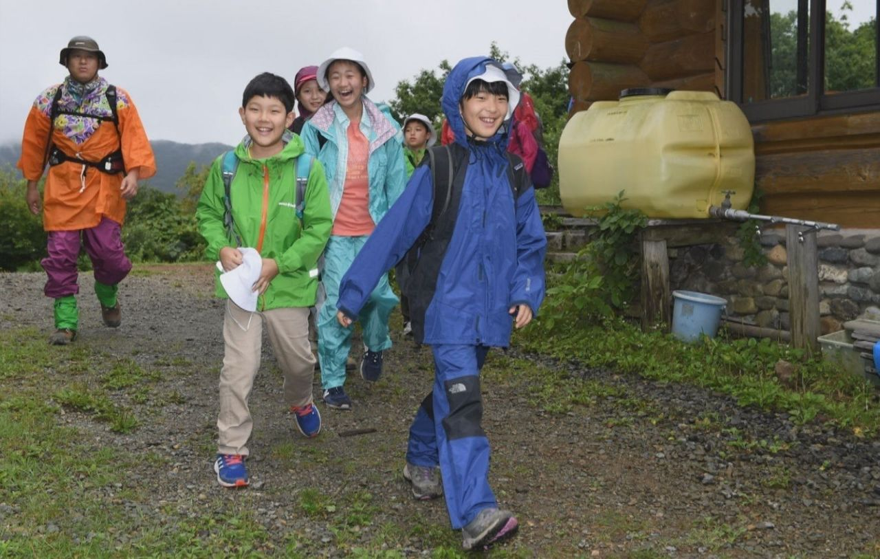 Dressed in a raincoat on the wet latter half of the trekking. On this excursion, the students visited the historic Nisshinkan, formerly the school of the Aizu clan, in Aizu-Wakamatsu, and tried Zen meditation.