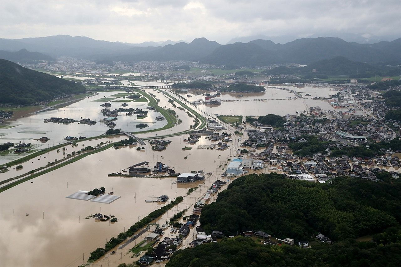 Flooding of Kitagata Station (at front), paddy fields, and residential areas in Takeo, Saga Prefecture, on August 28, 2019. (© Jiji)