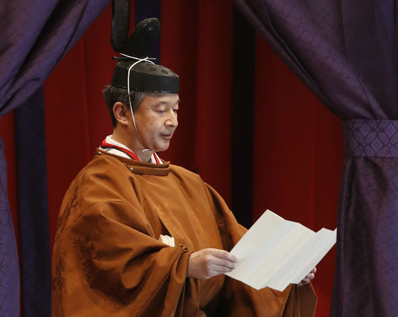 Emperor Naruhito reads his statement at the Sokuirei Seiden no Gi enthronement ceremony carried out in Tokyo on October 22, 2019. (© Jiji; pool photo)