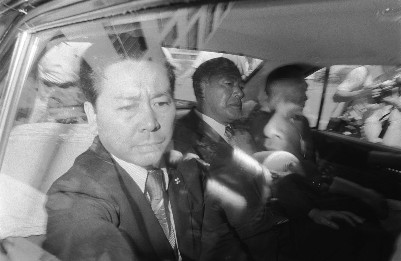Former Prime Minister Tanaka Kakuei (center) taken to the Tokyo Detention Center on July 27, 1976, following his arrest in the Lockheed scandal (© Jiji)