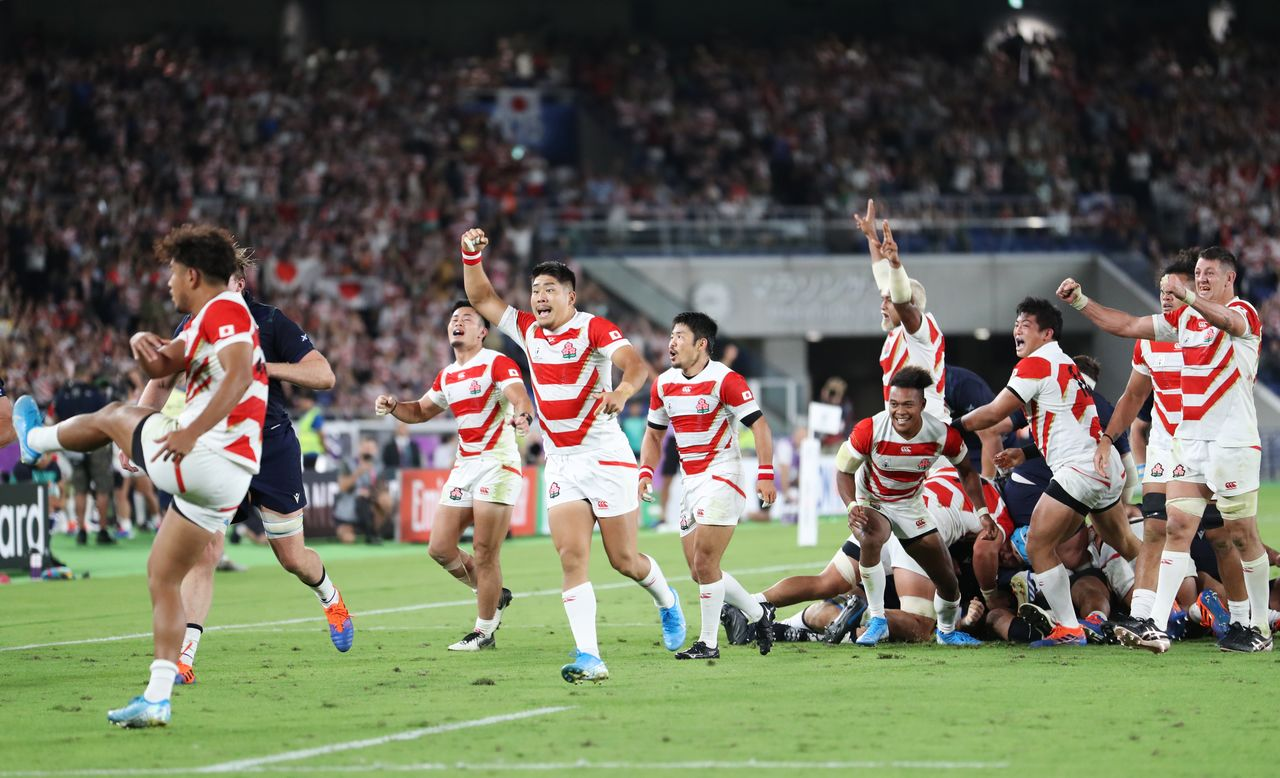On October 13 in Yokohama, Japan's national team members celebrate their 28–21 victory over Scotland sending them to the quarterfinal round at the 2019 Rugby World Cup. (© Jiji)