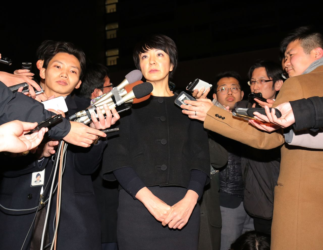 Kawai Anri surrounded by members of the press in Tokyo after raids were conducted on her and her husband's offices on January 15, 2020. (© Jiji)