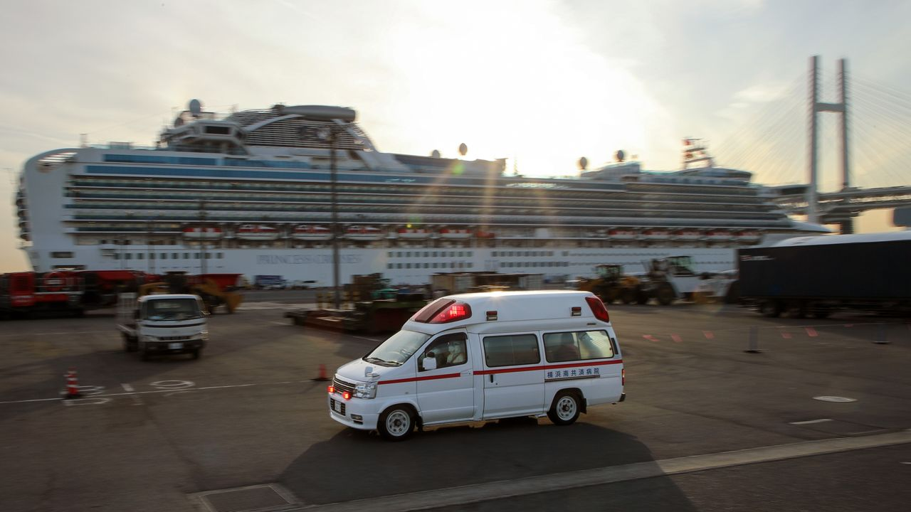 An ambulance arrives at the Daikoku Pier in Yokohama on February 7, 2020, to transport passengers from the Diamond Princess cruise ship. © Jiji.