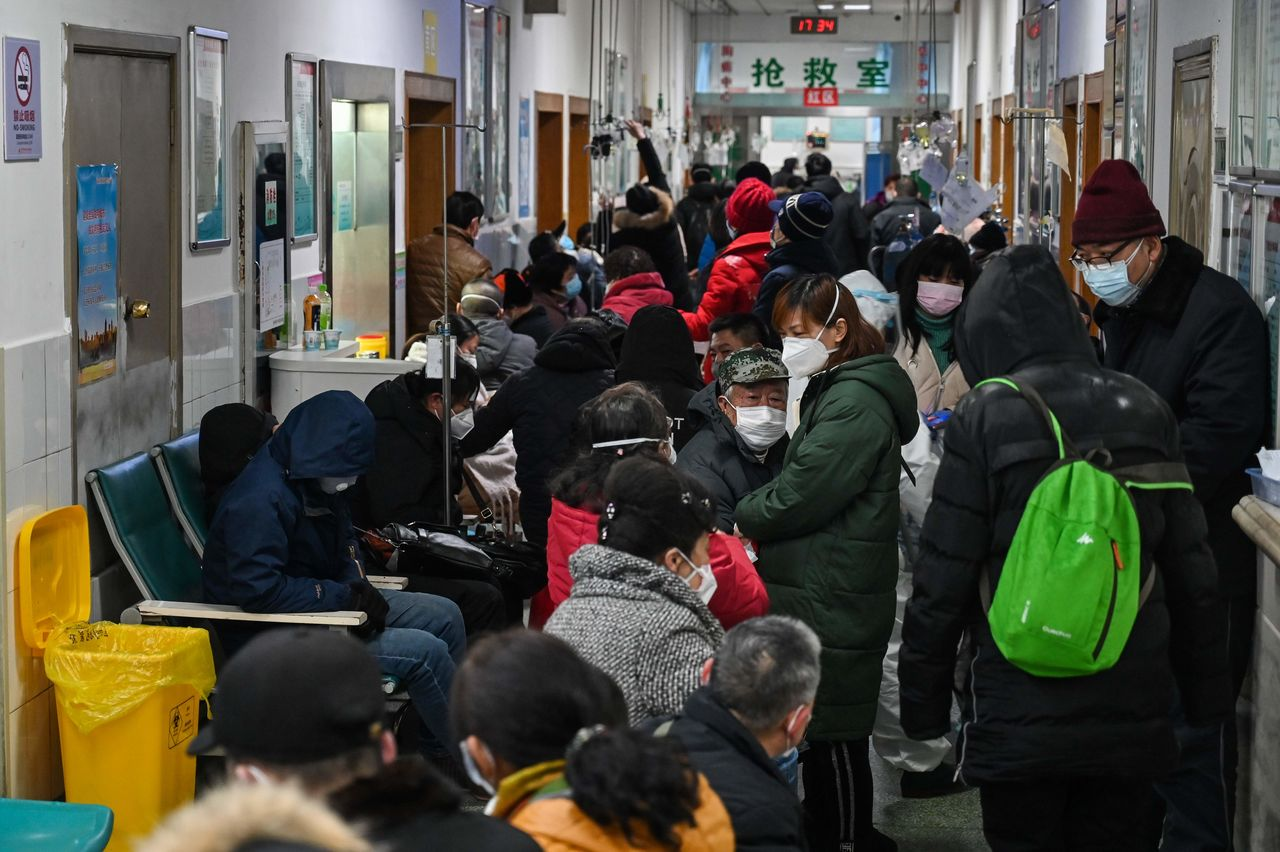 Patients and people wanting to be tested for the new coronavirus pack a hallway at the Wuhan Red Cross Hospital  on January 25, 2020. (© Hector Retamal/AFP/Aflo)
