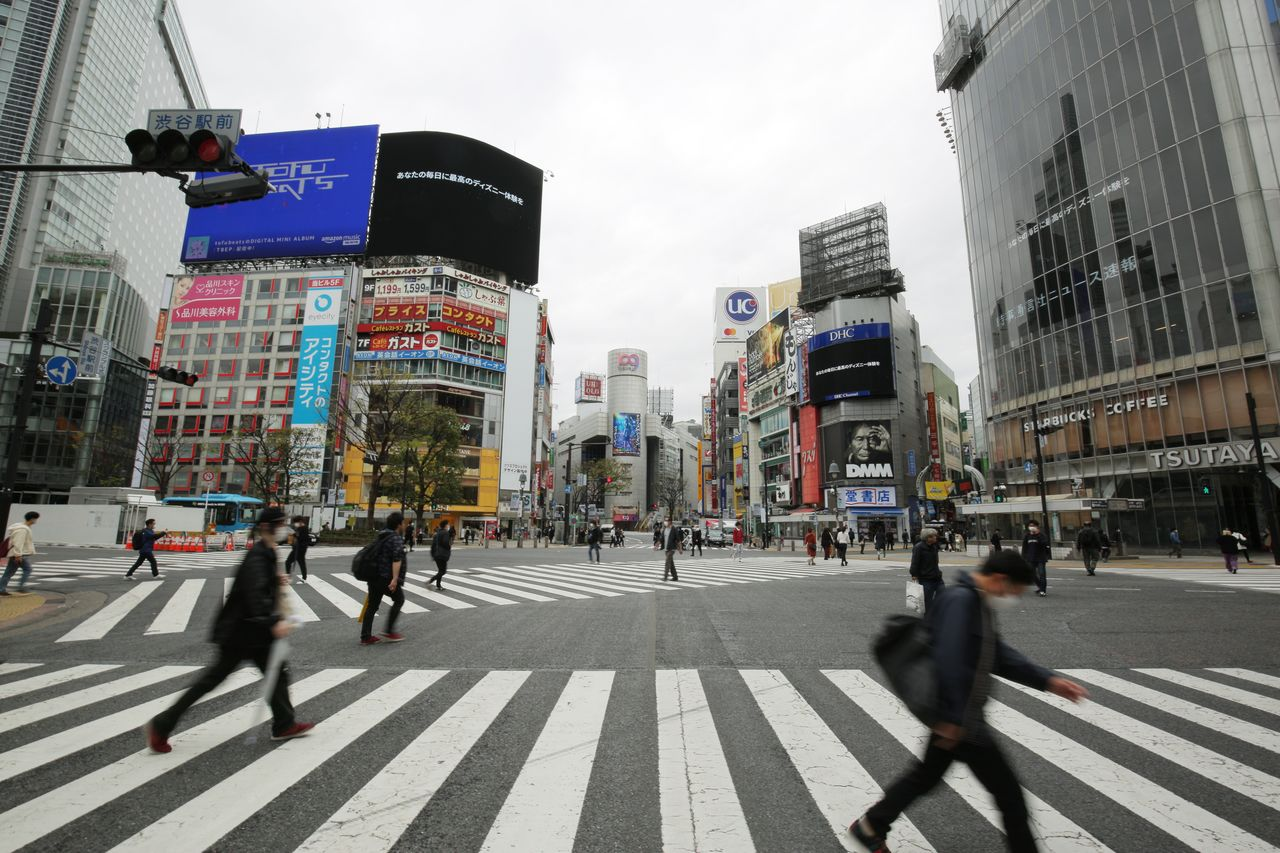 Tokyo's Shibuya scramble crossing in a far less crowded state than usual on March 28, 2020. (© Jiji)