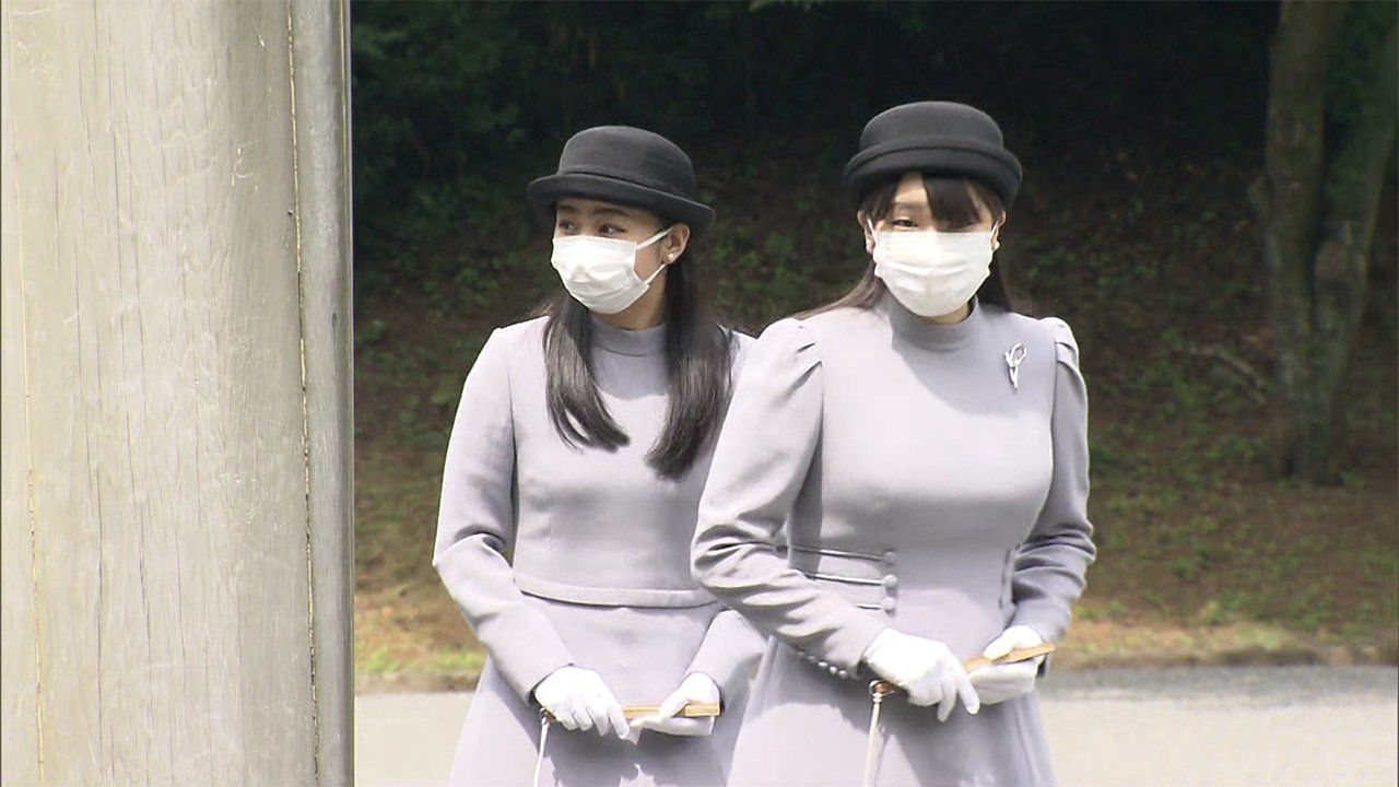 Princess Mako (right) and Princess Kako don masks and identical attire for a ceremony to mark the twentieth anniversary of Empress Kōjun's death.