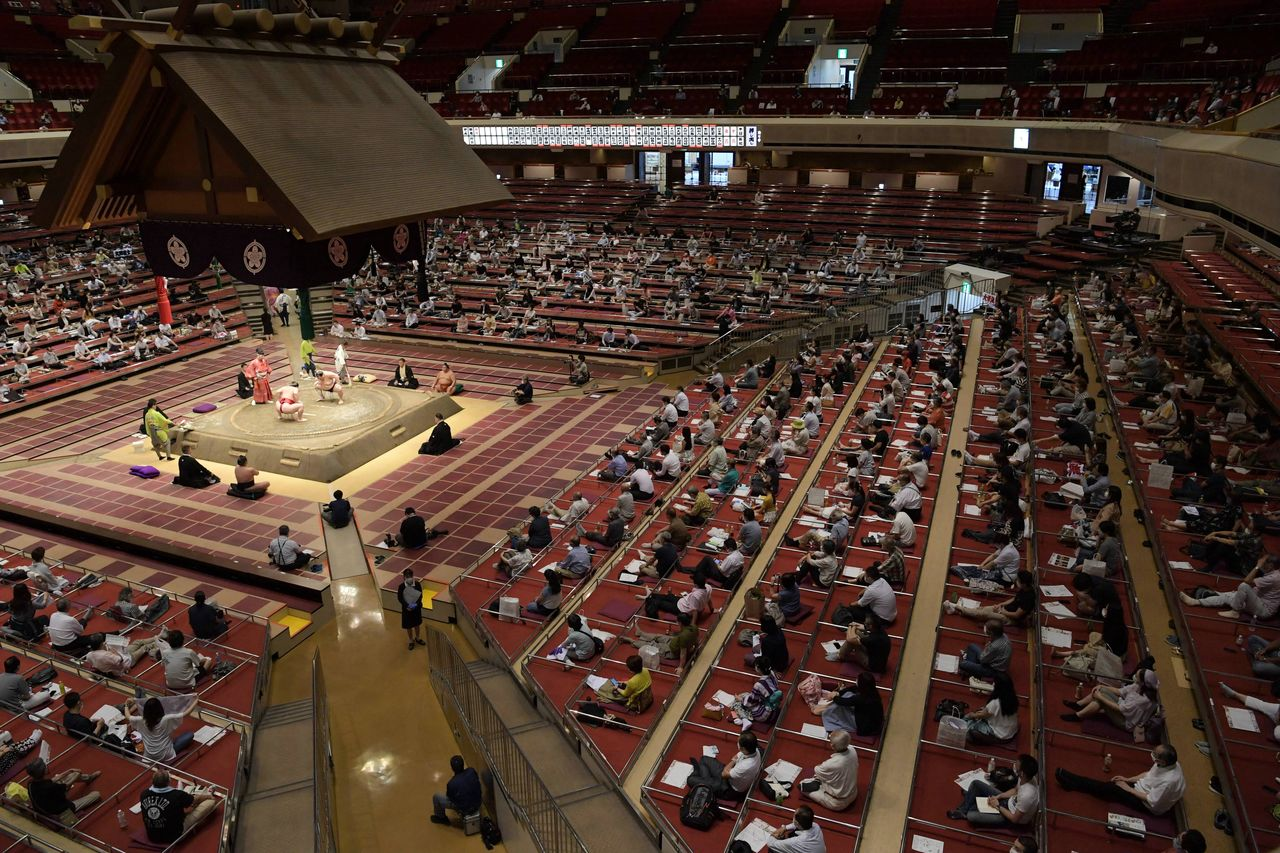 Distance is maintained between spectators at the summer sumō tournament at the Ryōgoku Sumō Hall on July 27, 2020. (© Jiji)