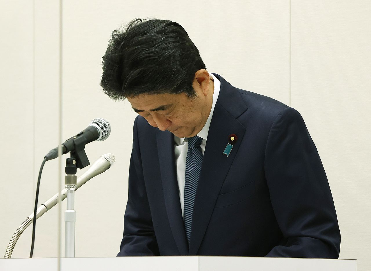 Former Prime Minister Abe Shinzō talks to reporters after the decision was made not to indict him. (© Jiji)