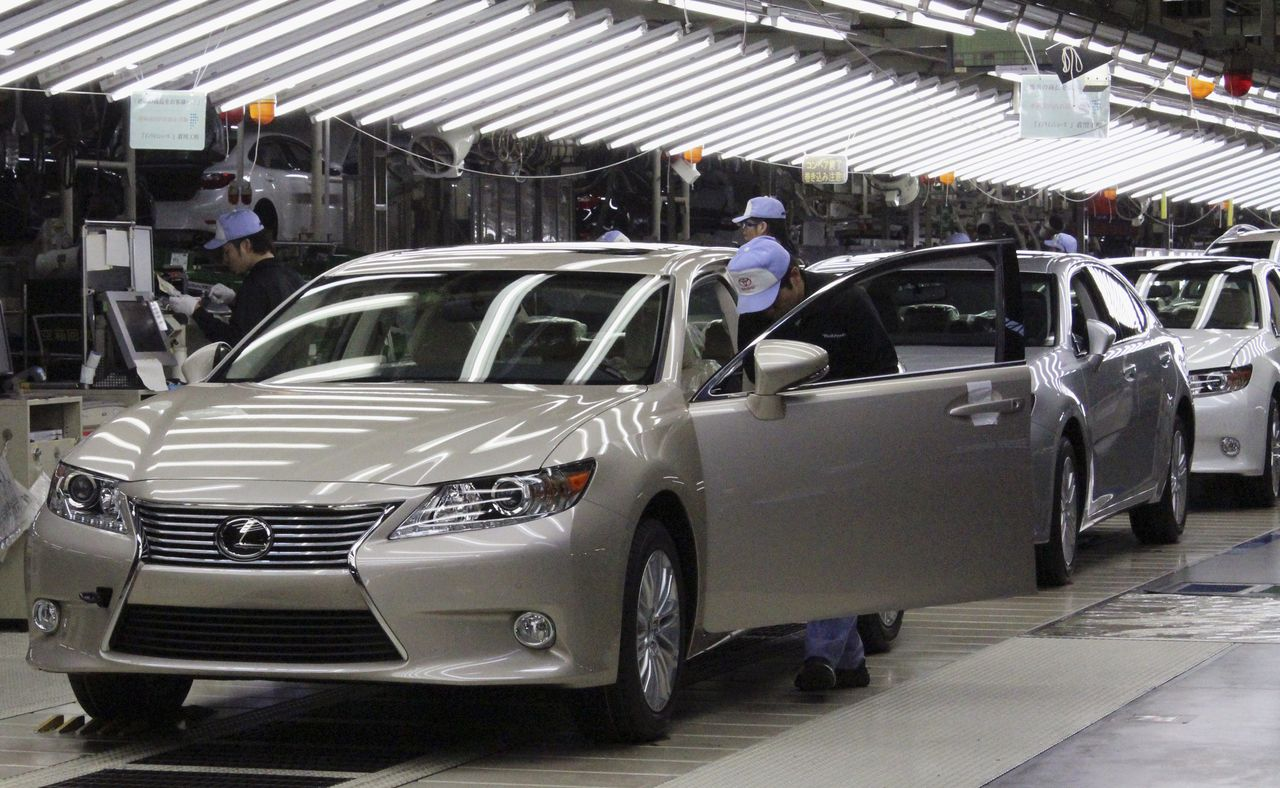 FILE PHOTO: Toyota workers inspect the new Lexus ES vehicles at a Toyota plant in Miyawaka, southern Japan, July 6, 2012. Toyota Motor on Friday launched production of its revamped Lexus ES sedan, a flagship luxury car that represents a renewed bet the automaker can keep building cars for the United States and China at more costly factories in Japan. REUTERS/Yoko Kubota (JAPAN - Tags: TRANSPORT BUSINESS)