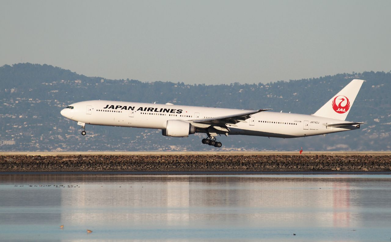 FILE PHOTO: A Japan Airlines Boeing 777-300ER lands at San Francisco International Airport, San Francisco, California, February 14, 2015. REUTERS/Louis Nastro/File Photo