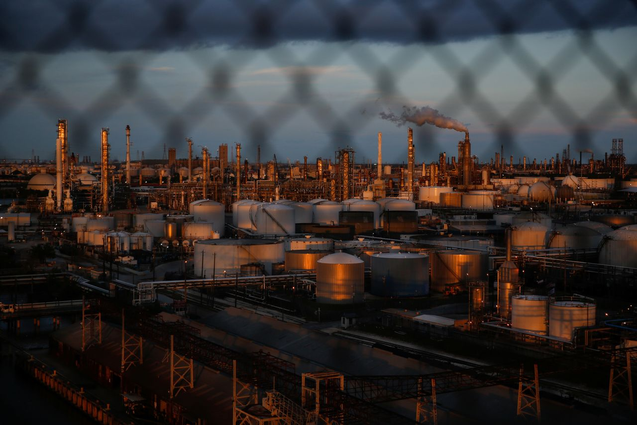 FILE PHOTO: Chemical plants and refineries near the Houston Ship Channel are seen next to the Manchester neighborhood in the industrial east end of Houston, Texas, U.S., August 9, 2018. REUTERS/Loren Elliott