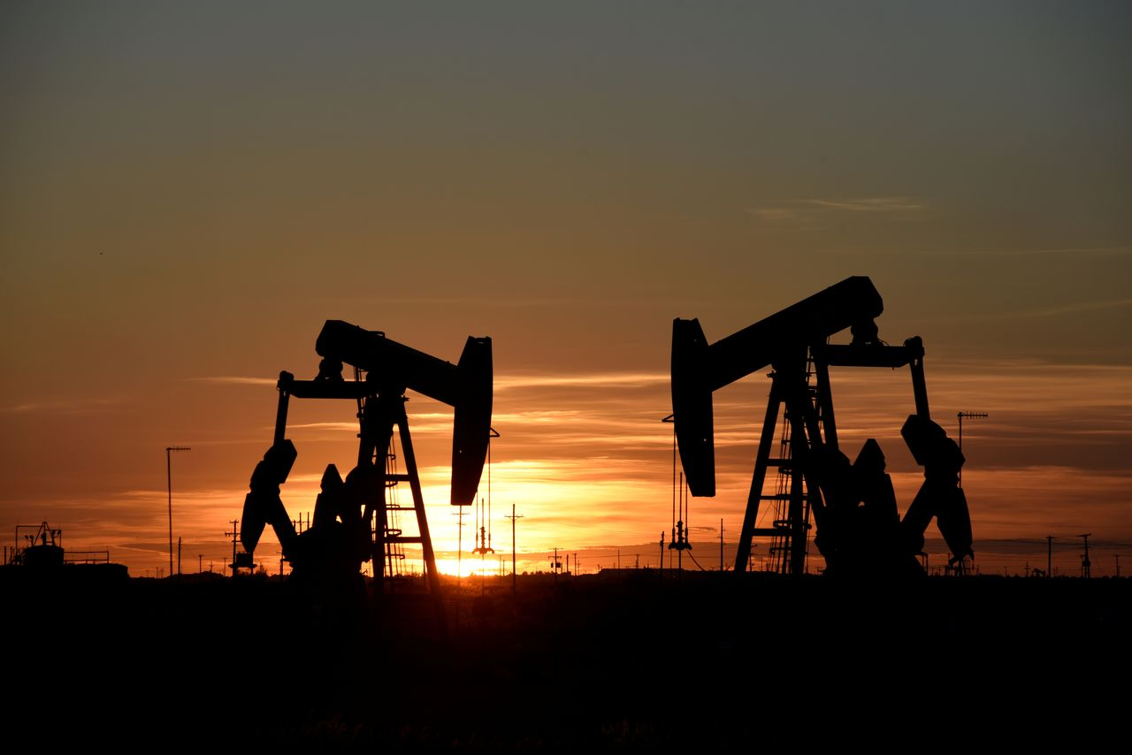 FILE PHOTO: Pump jacks operate at sunset in an oil field in Midland, Texas U.S. August 22, 2018. REUTERS/Nick Oxford