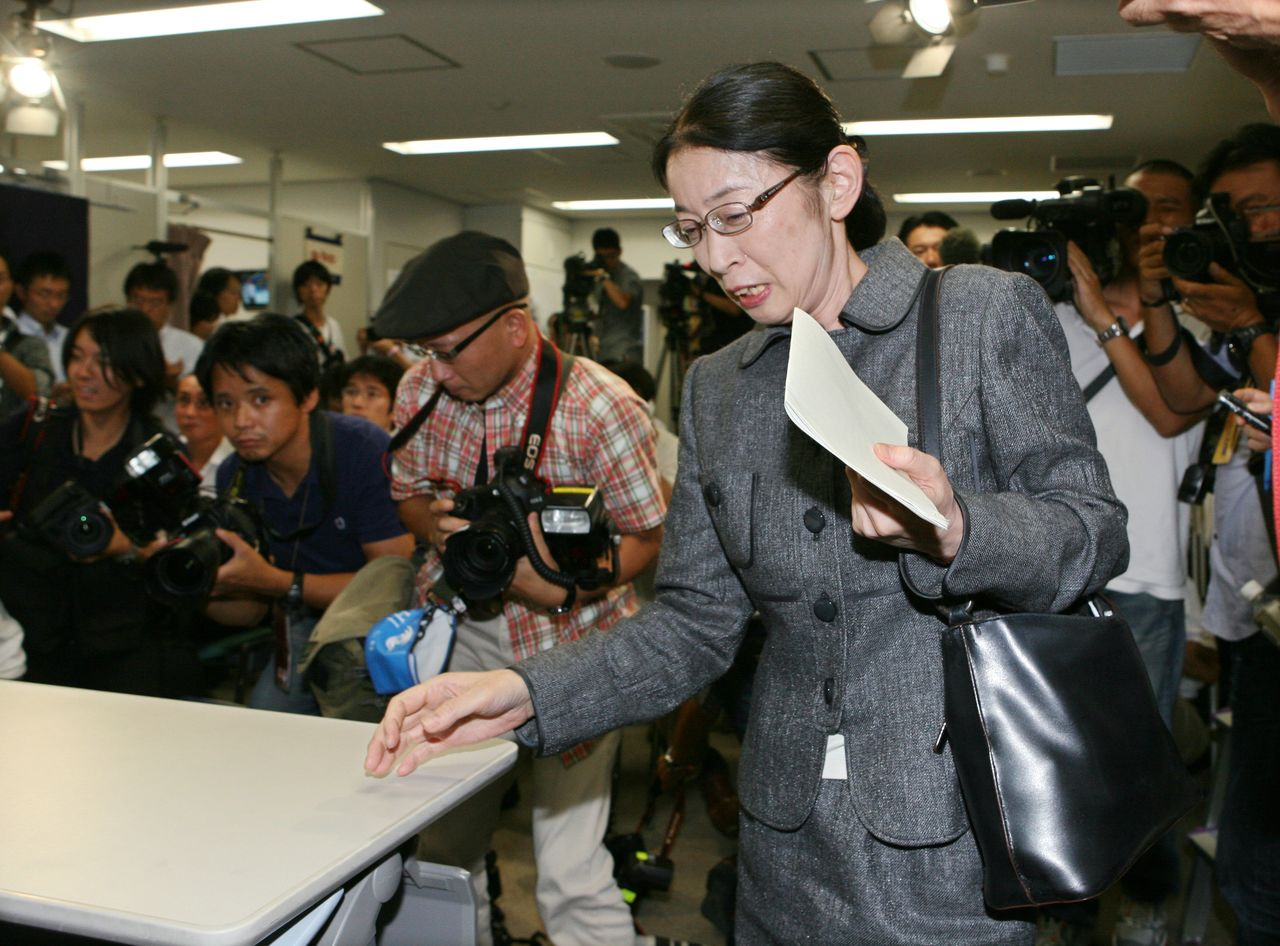 Muraki Atsuko addresses the press corps in Osaka following her acquittal on September 10, 2010. (© Jiji)