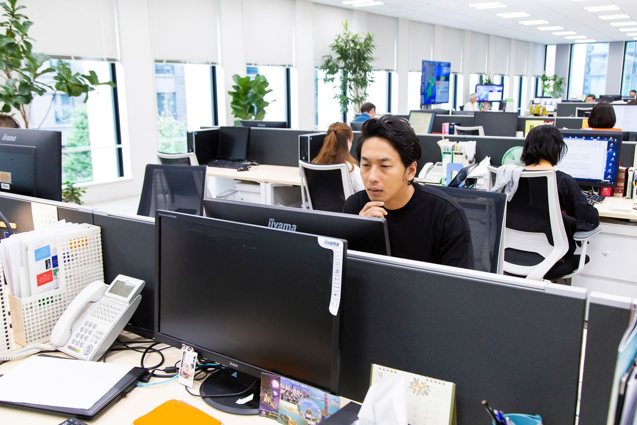 Ōkawa, looking all the world like an editor checking copy, plays the part at the Nippon.com office.