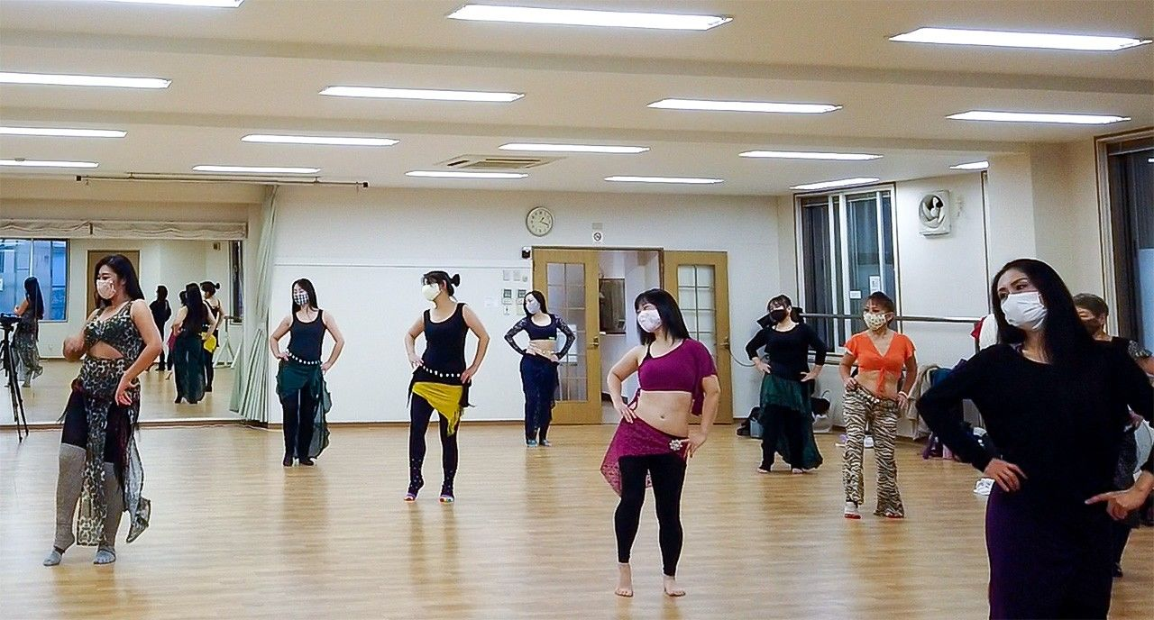 Farida, at the far left, leads a dance class. (© Nippon.com)