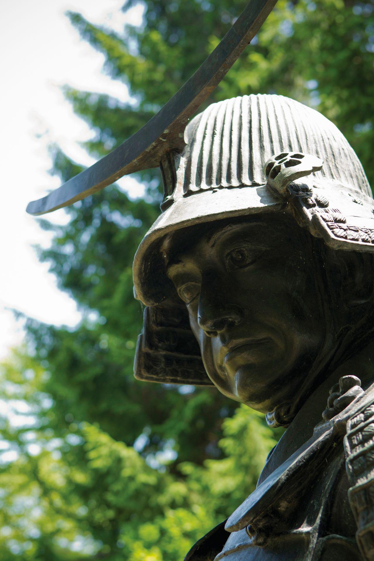 La mayoría de las pinturas y estatuas de Masamune lo muestran con los dos ojos abiertos. Se dice que el propio guerrero solicitó que la estatua que le hicieran tras su muerte tuviera esta característica. (Fotografía por cortesía de la Asociación Internacional de Turismo de Sendai)