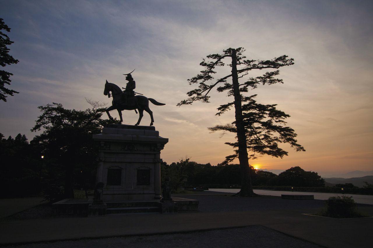 La estatua de Date Masamune a caballo al atardecer. (Fotografía por cortesía de la Asociación Internacional de Turismo de Sendai)