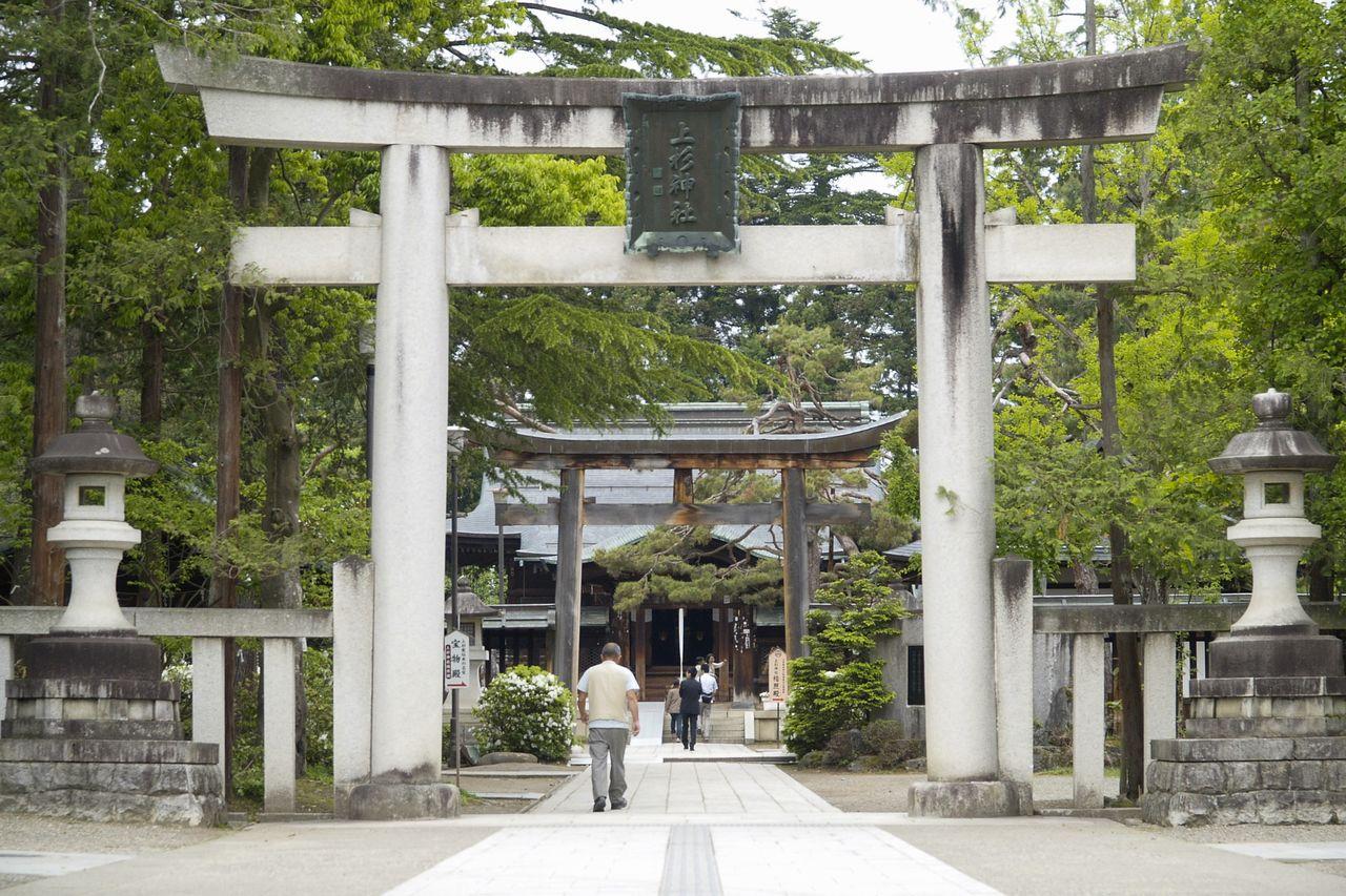 Muchos visitantes de dentro y fuera de la prefectura acuden a visitar el santuario de Uesugi. (Fotografía cortesía de la Asociación de Convenciones y Visitantes de Yonezawa)
