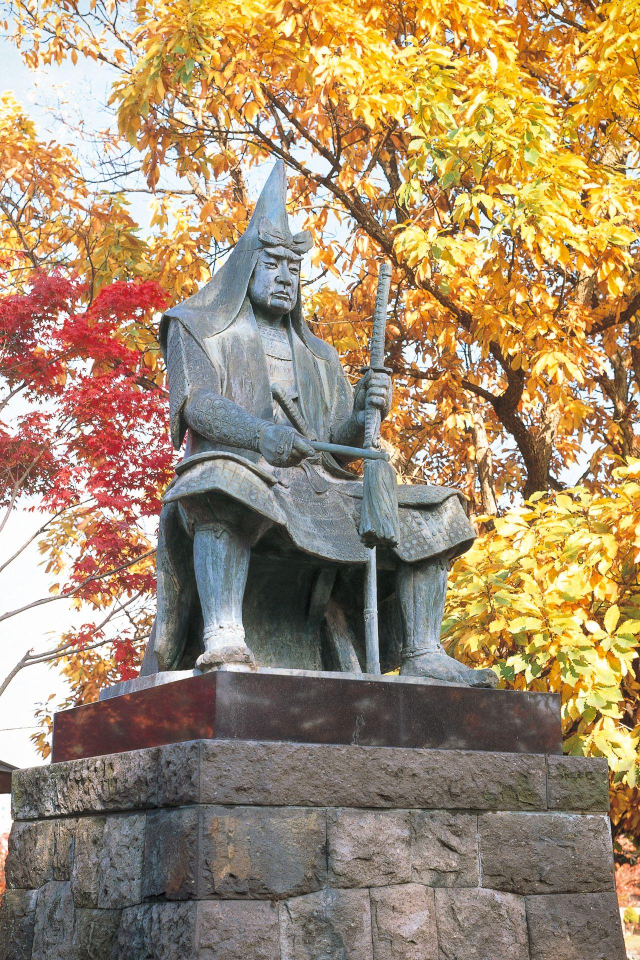 Estatua de Uesugi Kenshin en el recinto del santuario de Uesugi. (Fotografía cortesía de la Prefectura de Yamagata)
